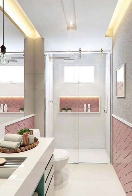 10. A bandeja para banheiro organiza as toalhas de rosto e produtos de higiene pessoal. Fonte: Pinterest