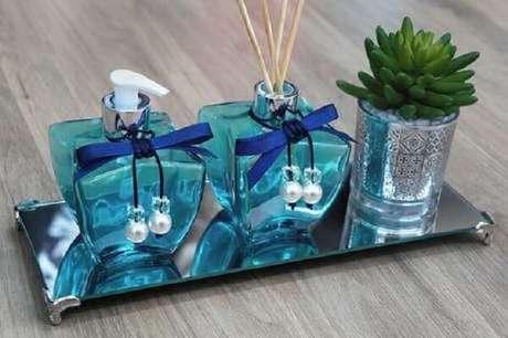 22. A pequena bandeja de espelho para banheiro enfeita a bancada do ambiente. Fonte: Pinterest