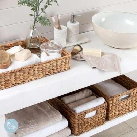 23. A bandeja para banheiro se harmoniza com o design das caixas organizadoras. Fonte: Pinterest