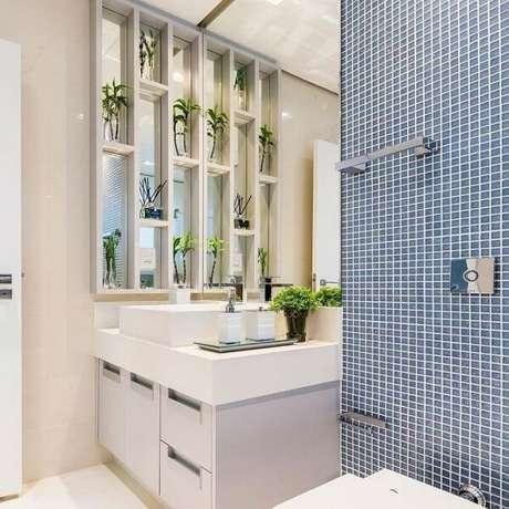 24. A delicada bandeja para banheiro organiza itens de higiene no espaço. Fonte: Pinterest