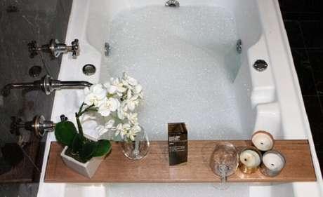 25. A madeira é muito utilizada como bandeja para banheira. Fonte: Pinterest