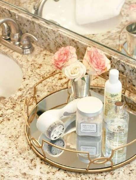 26. Acomode vasinho com flores sobre a bandeja para banheiro. Fonte: Pinterest