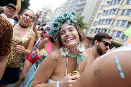 Foliões se divertem acompanhando o Bloco Casa Comigo, na Avenida Ipiranga, no centro de São Paulo