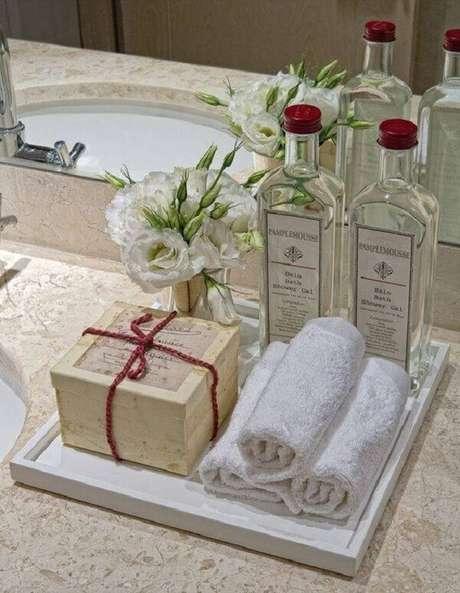 27. As toalhas de rosto podem ficar expostas sobre a bandeja para banheiro. Fonte: Pinterest