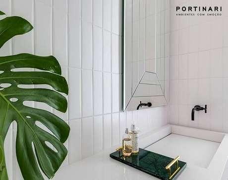 28. Bancada branca com cuba esculpida e bandeja para banheiro verde. Fonte: Portinari