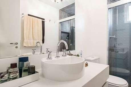 29. Bancada com cuba de apoio e bandeja para banheiro espelhada. Projeto por Fernanda Duarte