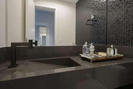 30. Bancada com cuba esculpida e bandeja para banheiro sofisticada. Projeto por Káthia Pimmenta