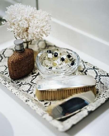 34. Bandeja decorativa para banheiro feito com estampa de animal print. Fonte: Criando com Design