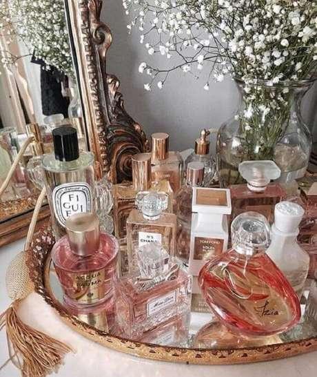 7. Organize os perfumes sobre a bandeja espelhada para banheiro. Fonte: Pinterest