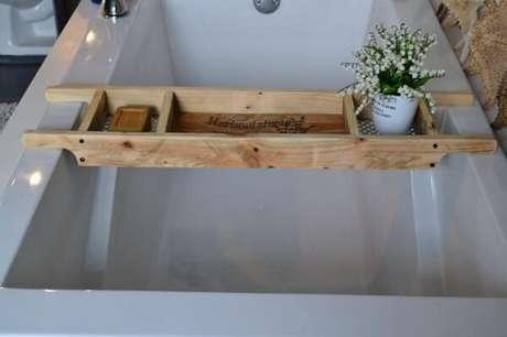 35. Bandeja para banheira acomoda diferentes itens. Fonte: Etsy