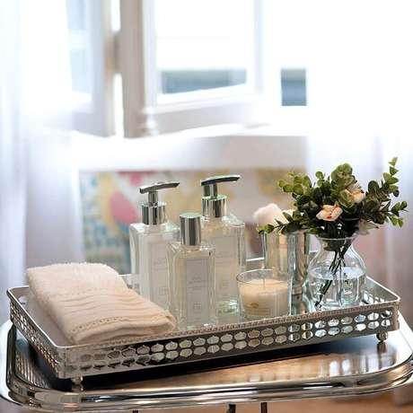 2. Bandeja para banheiro com acabamento metálico. Fonte: Pinterest