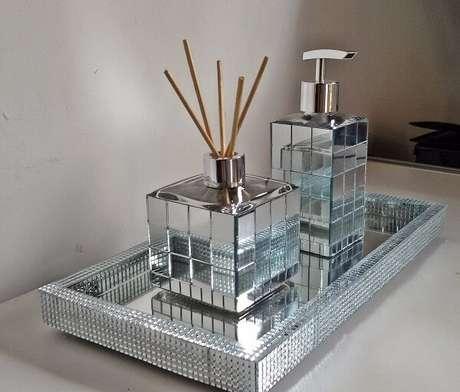 37. Bandeja para banheiro espelhada brilha no cômodo. Fonte: Pinterest