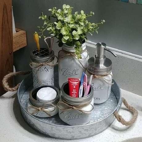 40. Bandeja para banheiro metálica e com alças. Fonte: Pinterest