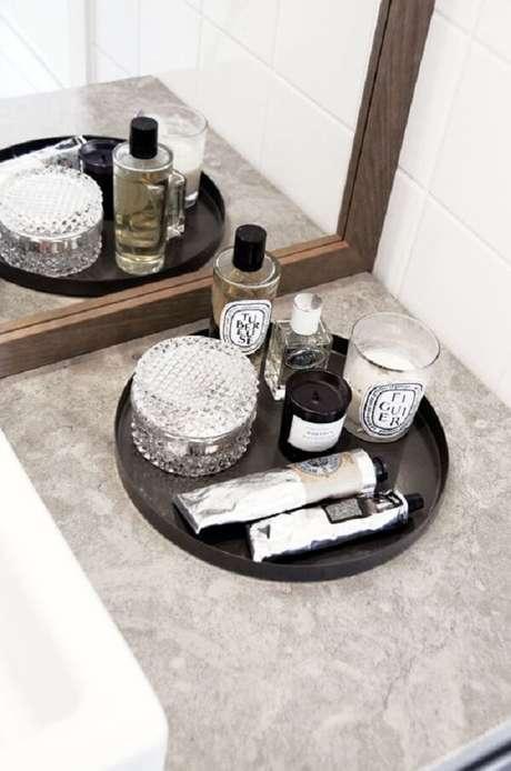 39. Bandeja preta para banheiro em formato redondo. Fonte: Pinterest