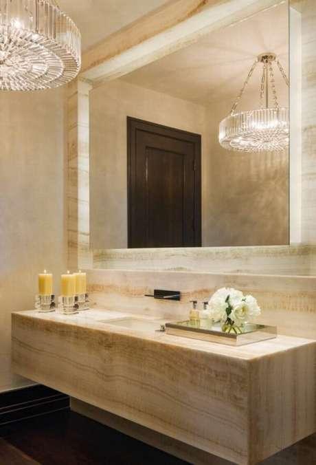 41. A bandeja espelhada complementa a decoração do banheiro. Fonte Pinterest