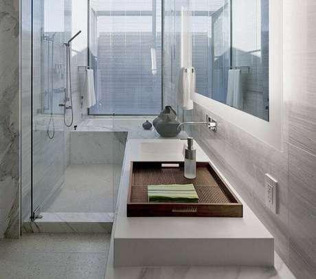 14. Escolha o modelo de bandeja para banheiro que mais se adapta a decoração do seu espaço. Fonte: Pinterest