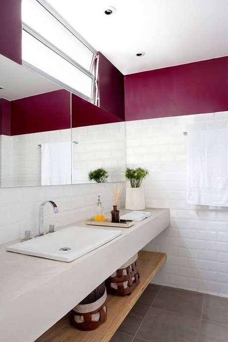 15. Banheiro clean com bandeja pequena sobre a bancada da pia. Fonte: Casa e Jardim
