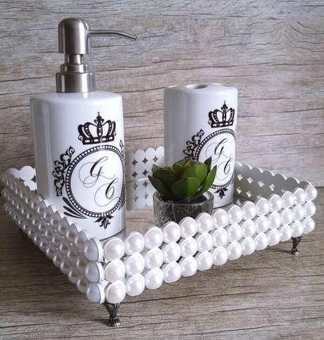 9. Kit para pia de banheiro com bandeja conta com saboneteira e porta escovas. Fonte: Pinterest