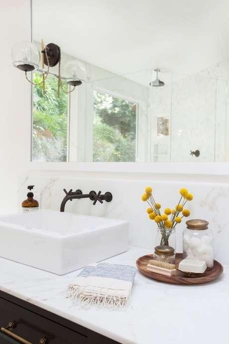 48. Modelo de bandeja para banheiro feita em madeira. Fonte: Pinterest