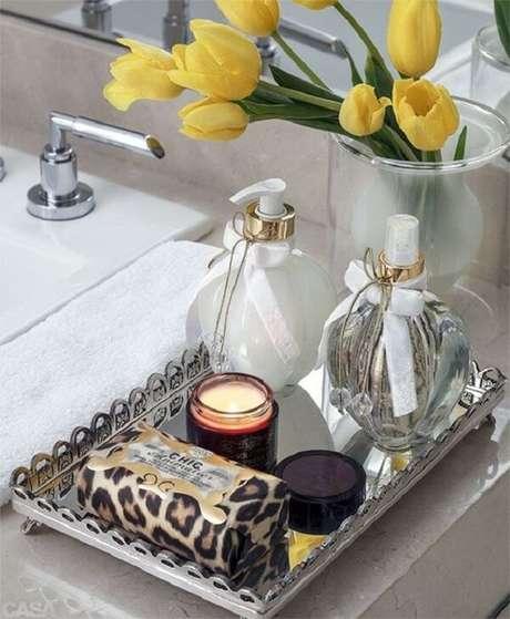 1. Não acumule muitos produtos sobre a bandeja para banheiro. Fonte: Pinterest