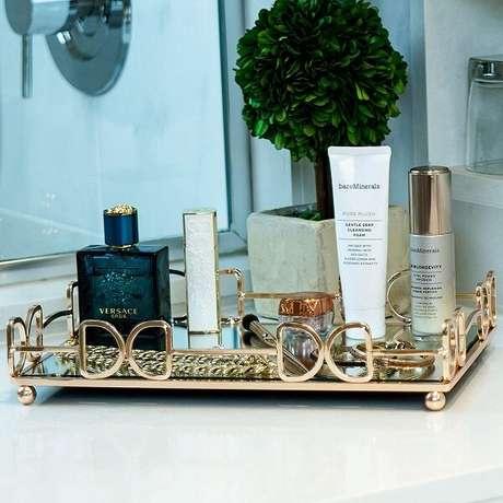 52. O acabamento em dourado da bandeja para banheiro traz elegância ao espaço. Fonte: Pinterest