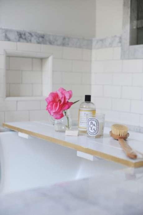 54. O espaço ficou ainda mais charmosos com a presença da bandeja para banheira. Fonte: Pinterest
