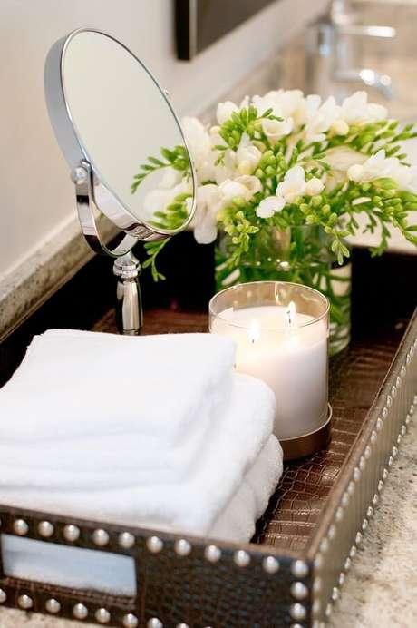 56. Organize as toalhas de rosto sobre a bandeja para banheiro. Fonte: Pinterest