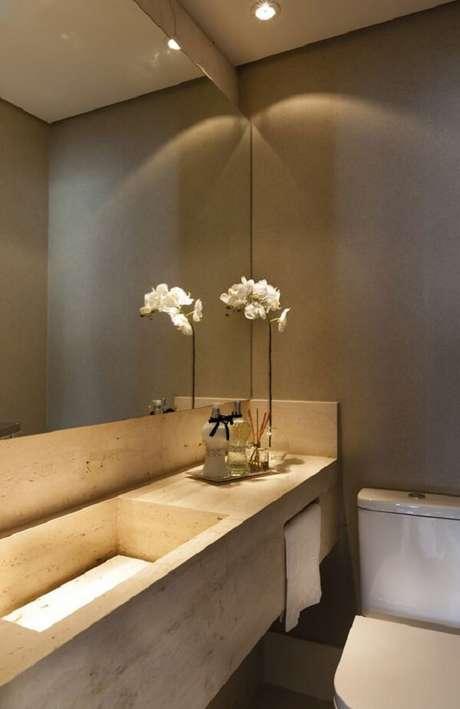 57. Para complementar a decoração utilize uma bandeja para banheiro espelhada sobre a bancada clara. Fonte: Revista Viva Decora