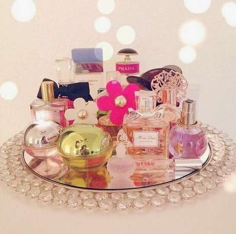 59. Organize seus perfumes sobre a bandeja para banheiro. Fonte: Pinterest