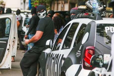 Policiais militares encapuzados e sem farda se reúnem em protesto na cidade de Fortaleza, na quarta-feira (19)