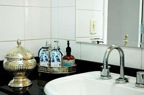 17. Pia preta e bandeja para banheiro pequena. Projeto por Murilo Grilo