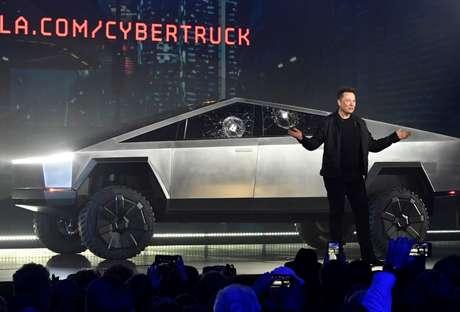 Elon Musk e a picape Cybertuck: reservas abertas por US$ 100 com 500.000 interessados. Isso significa US$ 50 milhões adiantados.