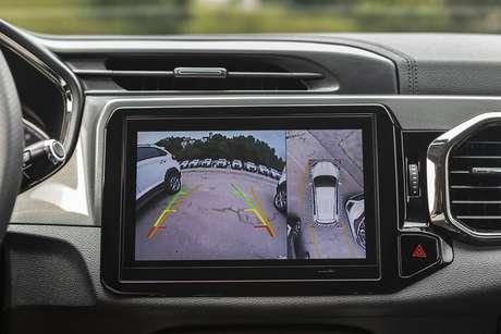 """A nova central multimídia tem display de 9"""" e câmera 360 graus para facilitar as manobras de estacionamento."""
