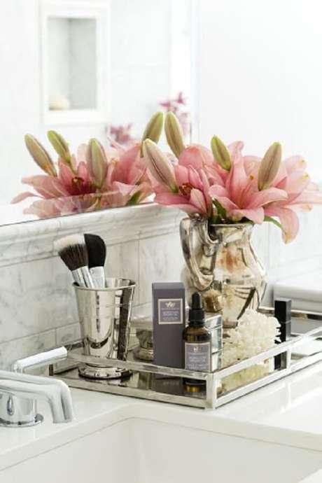 61. Coloque um lindo arranjo de flores sobre a bandeja para banheiro. Fonte Casa da Cris