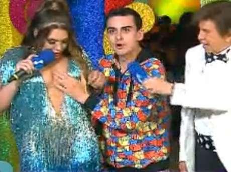 Carnaval 2020 Dudu Camargo apalpa seios e beija Simony