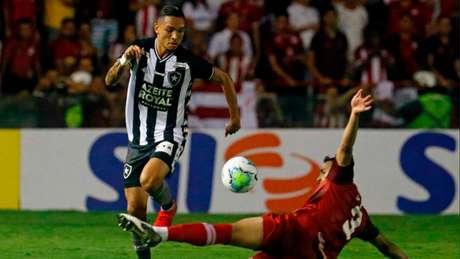 Luiz Fernando em ação contra o Náutico (Foto: Vítor Silva/Botafogo)