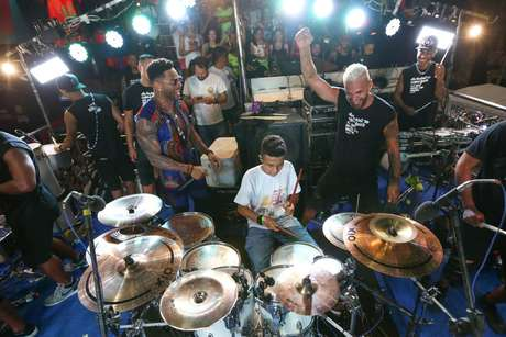 Tony Salles e Octavio Batera, convidado para o segundo dia do Carnaval de Salvador da banda Parangolé.
