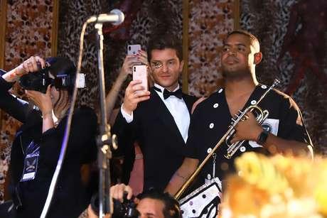 Marido de Camila Queiroz, Kleber Toledo tira fotos da coroação da atriz como rainha do Baile do Copa.