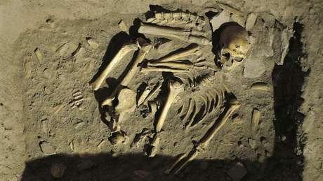 Evidências apontam que os neandertais também enterravam seus mortos, outro ritual cultural que indica um 'comportamento simbólico complexo'