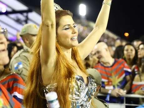 Deborah Secco brilhou com cabelo ultralongo na Sapucaí