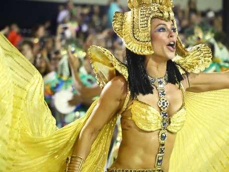 Paolla Oliveira não deixou de interagir com o público da Sapucaí ao longo do desfile