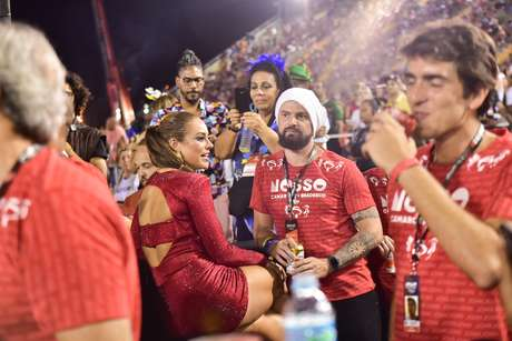 Paolla Oliveira vê desfile da União da Ilha ao lado de Douglas Maluf.