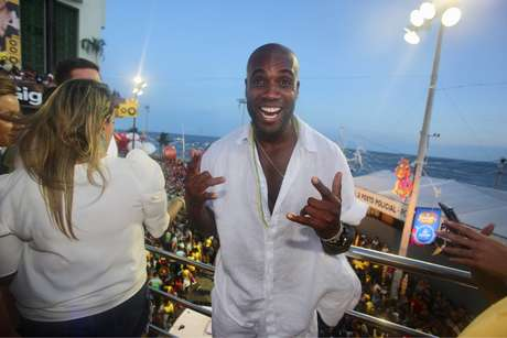 Rafael Zulu se diverte em show da Ivete