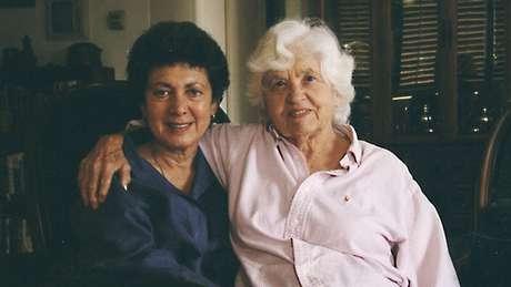 """Phyllis Irwin (à direita) """"adotou"""" sua mulher, Lillian Faderman, e fingiu ser avó do filho das duas"""