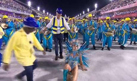 Lexa leva tombo e cai durante desfile da Unidos da Tijuca no Rio de Janeiro.