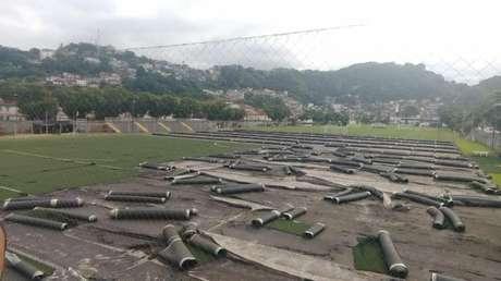 Funcionários do CT Rei Pelé já iniciaram o processo de remoção do antigo gramado (Reprodução)