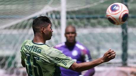 Ainda sem a documentação regularizada, Rony treinou entre os reservas nesta terça (Agência Palmeiras/Divulgação)