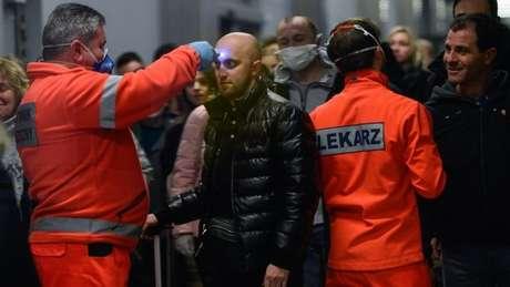 Na Polônia, passageiros de voos vindos da Itália estão passando por triagem