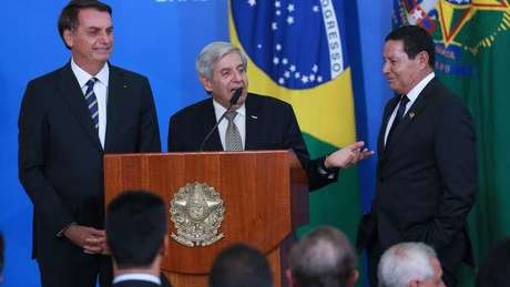 O presidente da República, Jair Bolsonaro, o ministro do GSI, Augusto Heleno, e o vice-presidente, general Hamilton Mourão