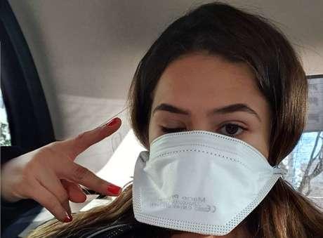 Maisa Silva usa máscara durante viagem à Itália.